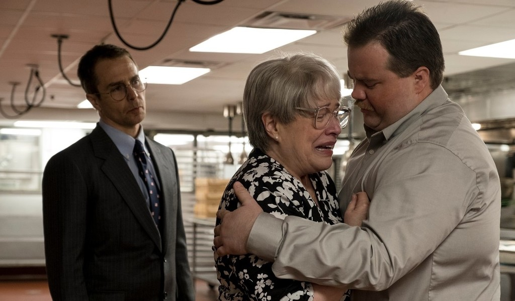 Sam Rockwell, Kathy Bates a Paul Walter Hauser vo filme Richard Jewell