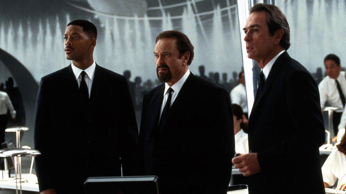 Zľava Will Smith, Tommy Lee Jones a Rip Torn vo filme Muži v čiernom (1997)